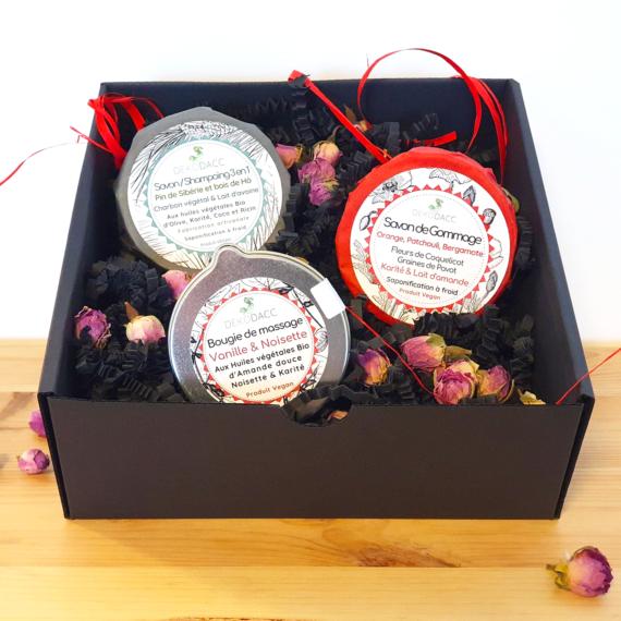 coffret spécial saint valentin composé d'un savon 3-en-1, un savon de gommage et une bougie de massage